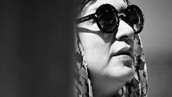 بوسیدن دست رویا تیموریان توسط همسرش مسعود رایگان/