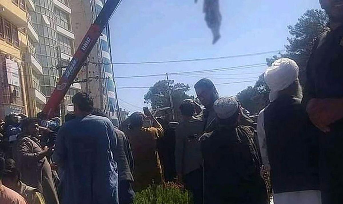 آویزان کردن 4 متهم به آدم ربایی در میدان شهر توسط طالبان