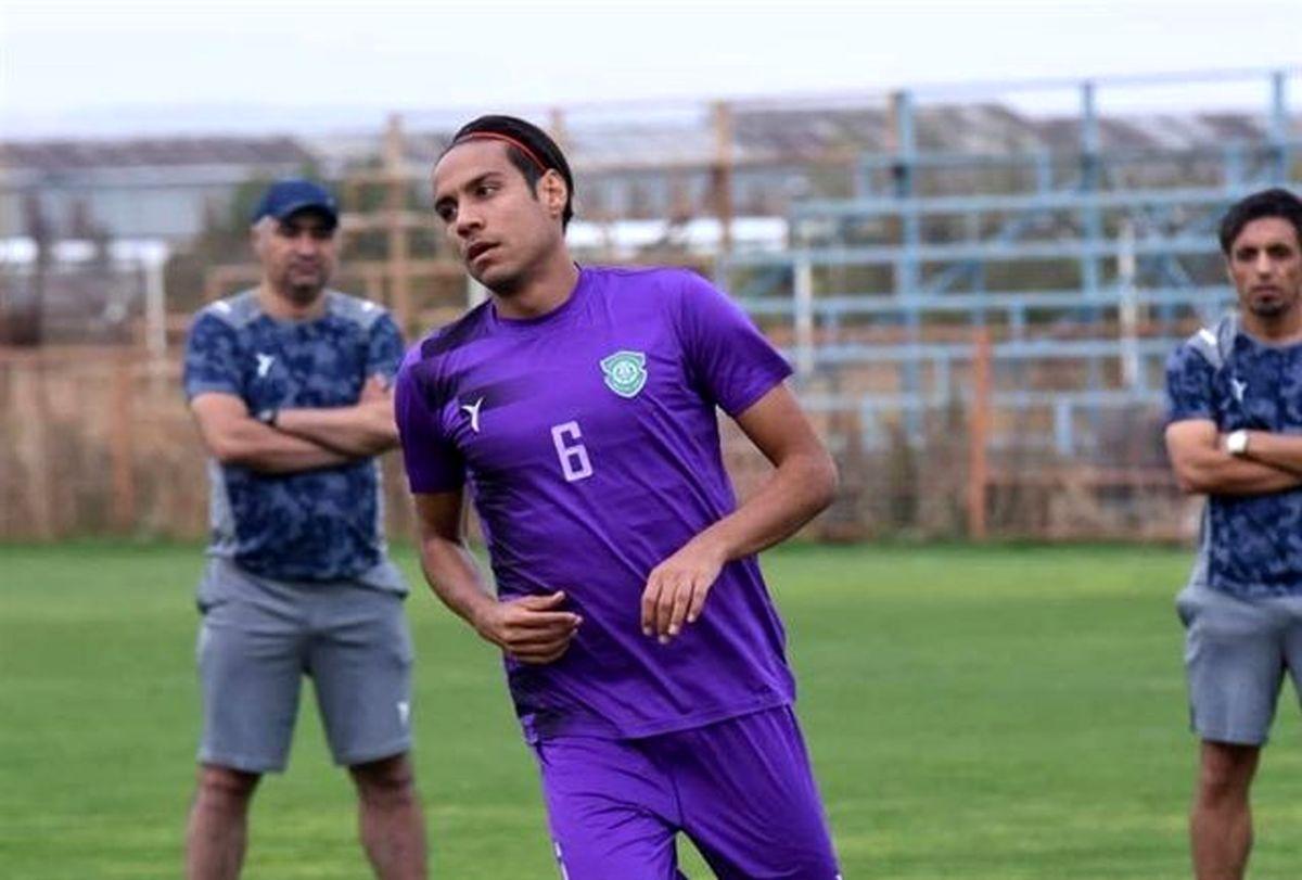 احمد زنده روح بازیکن گل گهر در کنار همسرش