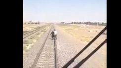 فیلم لحظه خودکشی و پرت شدن زن جوان مقابل قطار